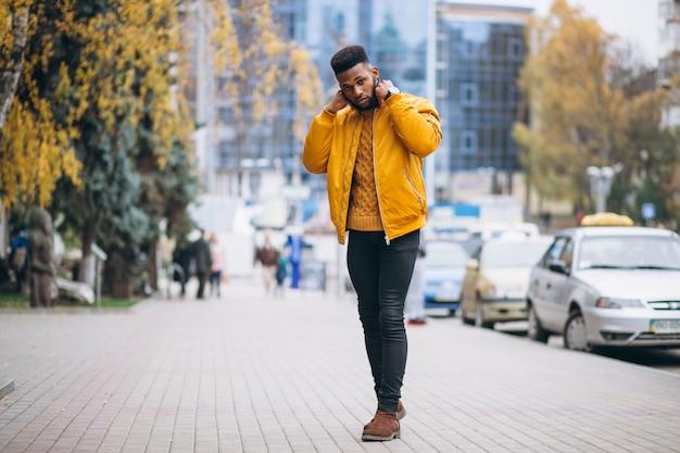 Studente afroamericano che cammina in strada