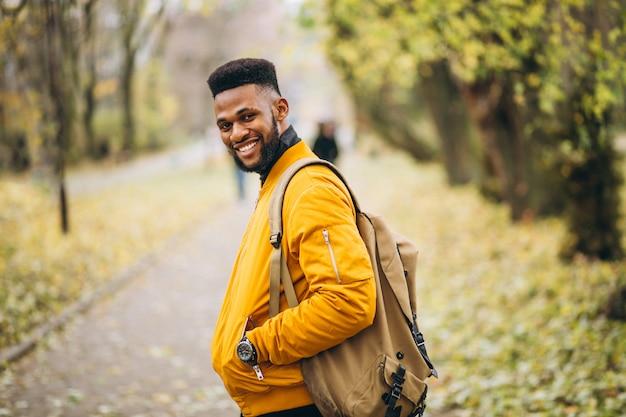 Studente afroamericano che cammina nel parco
