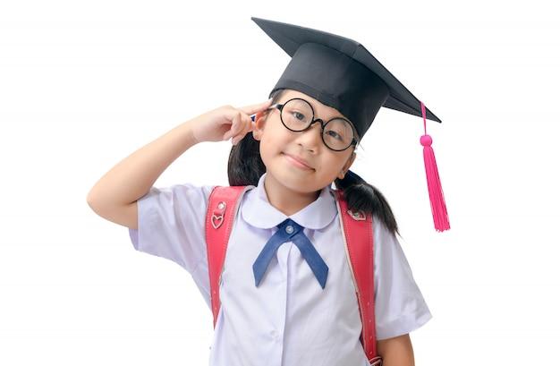 Studente asiatico che indossa cappuccio laureato e pensando