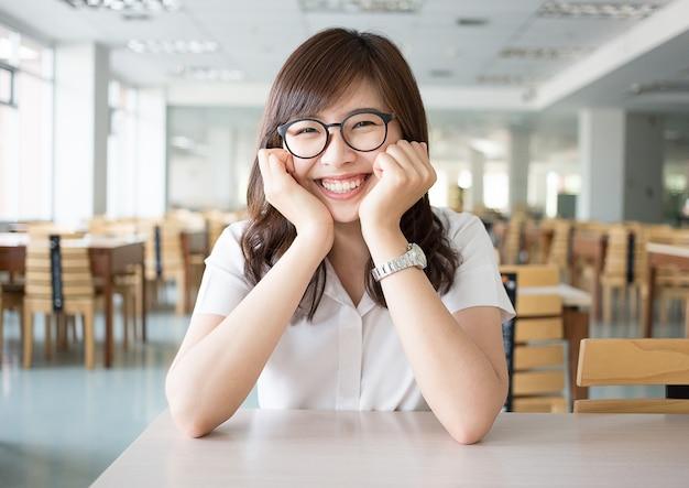 Studente asiatico in biblioteca
