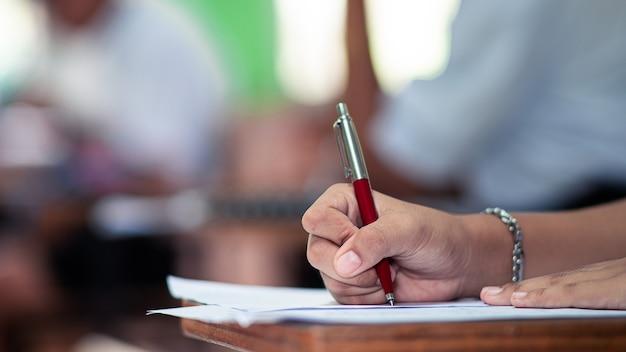 Studente che fa un esame con lo stress nell'aula della scuola