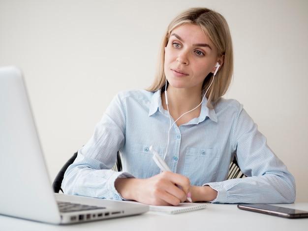 Studente che frequenta un corso online