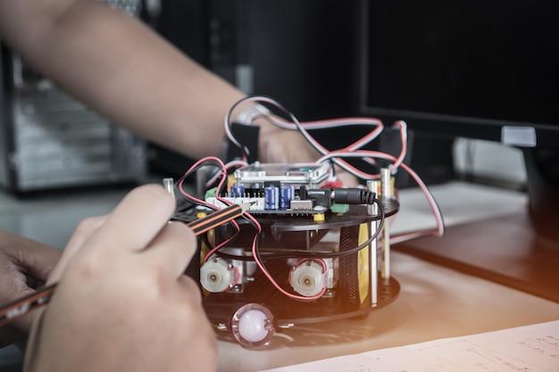 Studente che impara stem educazione alla robotica per la creazione di studi basati su progetti