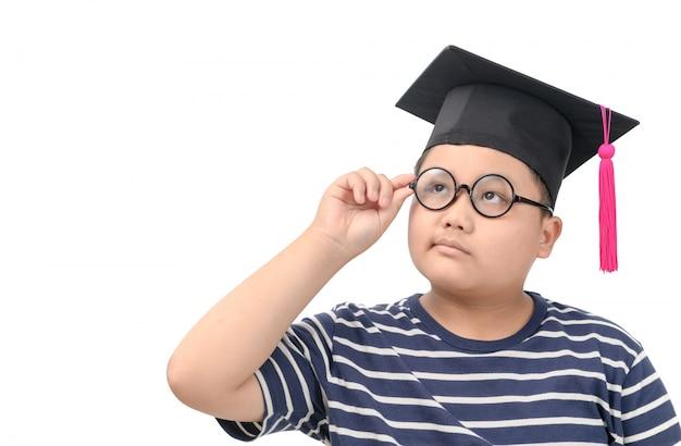 Studente che indossa cappuccio laureato e pensiero isolato