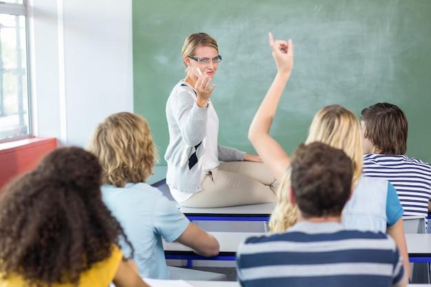 Studente che solleva mano in aula