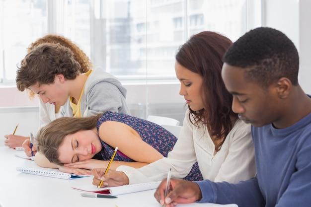 Studente che sonnecchia durante una lezione