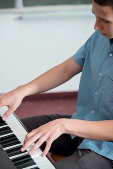 Studente che suona il piano