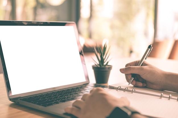 Studente che utilizza computer per lezione di apprendimento online al caffè. uomo che scrive nota