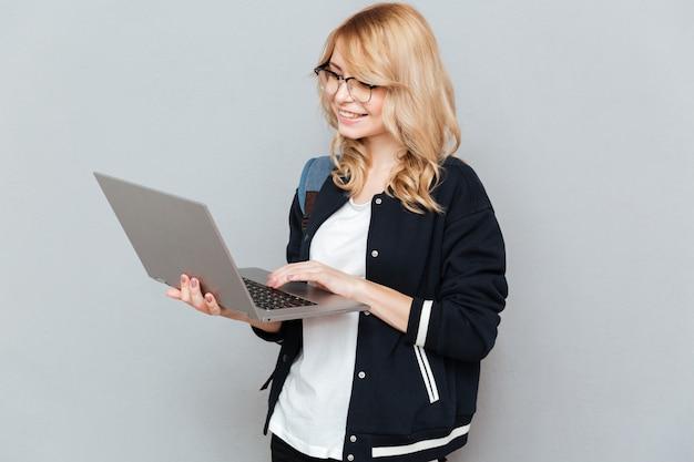 Studente che utilizza computer portatile