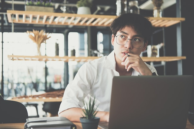 Studente che utilizza il computer per l'apprendimento online. uomo di avvio che lavora con il computer portatile