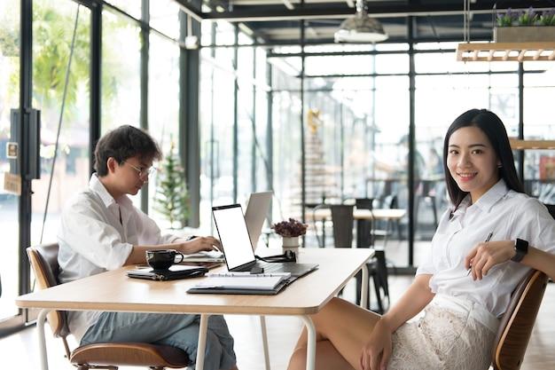 Studente che utilizza il computer per l'apprendimento online. uomo e donna che lavorano