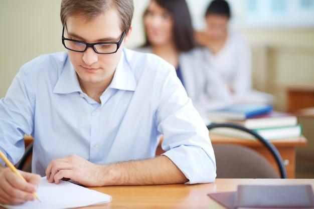 Studente con la scrittura occhiali