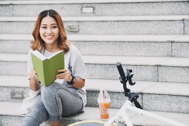 Studente con un libro