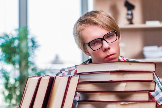 Studente del giovane che si prepara per gli esami universitari