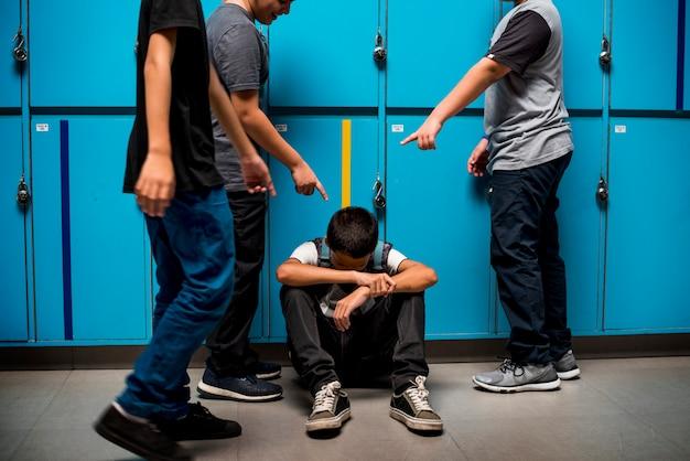 Studente del ragazzo che si fa vittima di bullismo a scuola