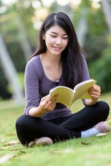 Studente di college donna asiatica nel campus