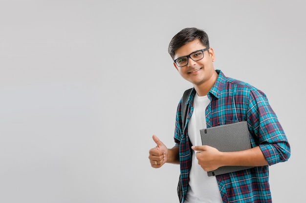 Studente di college indiano con la borsa e la compressa della tenuta
