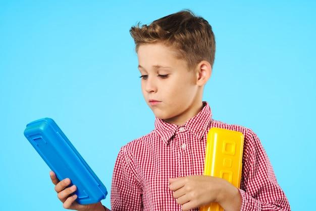Studente di scuola elementare del bambino con gli occhiali