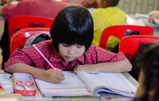 Studente di scuola elementare in una scuola asiatica. attività di insegnamento e apprendimento con i compagni di classe