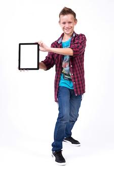 Studente di successo con schermo tablet in mano al cliente