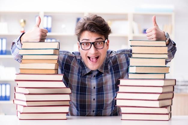Studente divertente nerd che si prepara per gli esami universitari