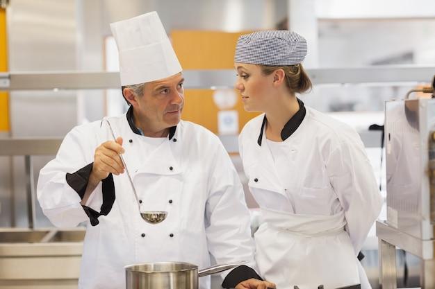 Studente e insegnante discutendo la zuppa