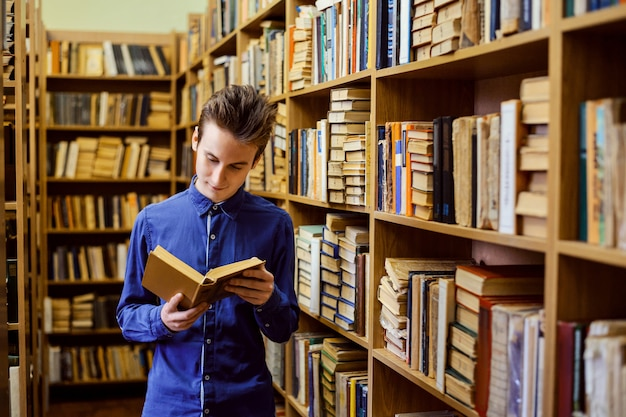 Studente europeo in piedi in biblioteca