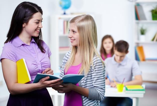 Studente fare una domanda per l'insegnante