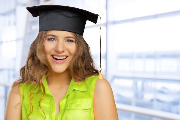 Studente felice in protezione di graduazione
