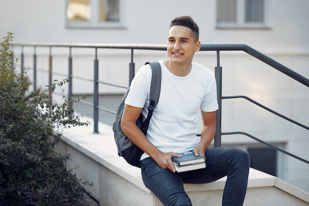 Studente in un campus universitario con libri