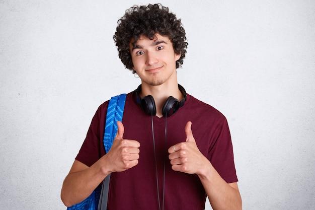 Studente maschio attraente con capelli croccanti