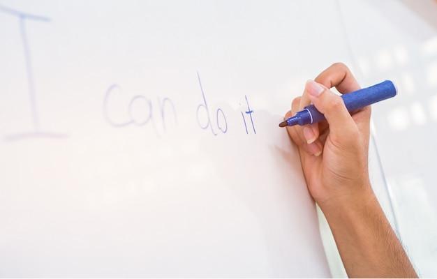 Studente o uomini d'affari mano scrivendo lavagna
