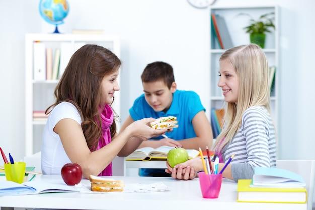 Studente offrendo il suo panino