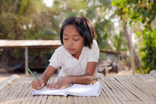 Studente piccola ragazza asiatica
