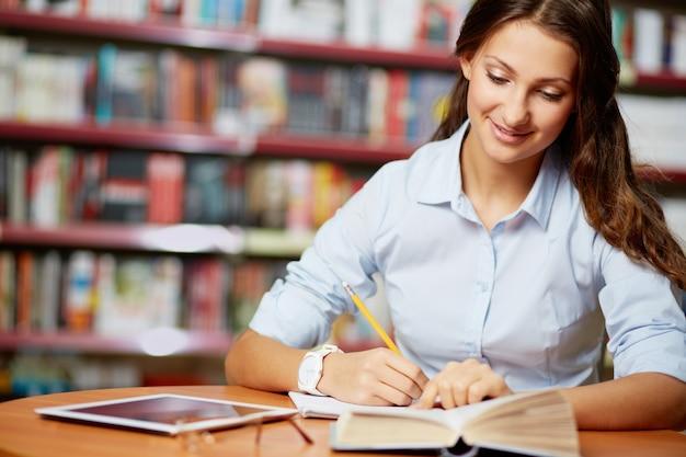 Studente positivo di lavoro duro
