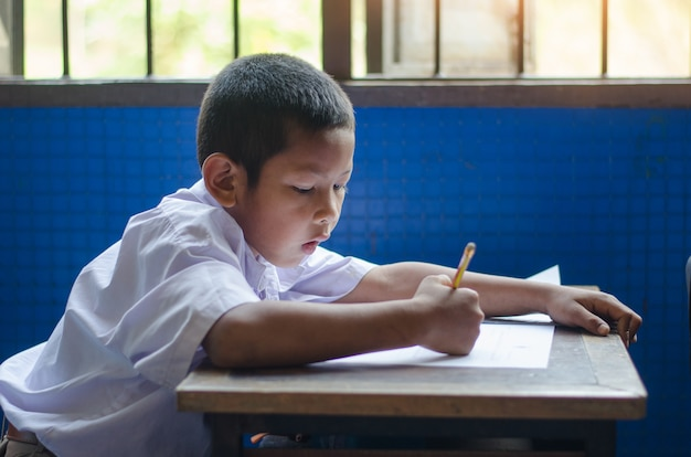 Studente rurale asiatico interesse prontezza fluidità scrittura processo di apprendimento insegnamento in classr
