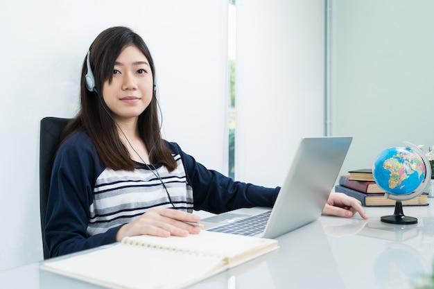 Studente seduto in salotto e apprendimento online