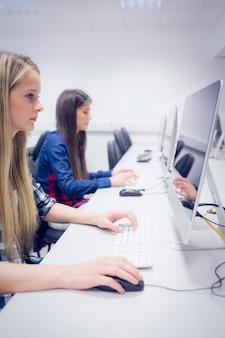 Studente serio che lavora al computer all'università