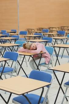 Studente sonnecchiando nella sala d'esame