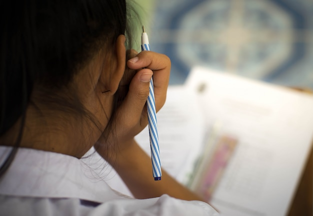 Studente sostenere l'esame con lo stress