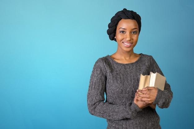 Studente universitario afroamericano grazioso