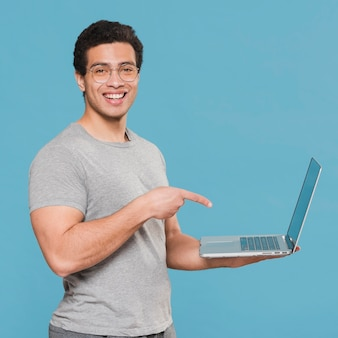 Studente universitario che mostra il suo computer portatile