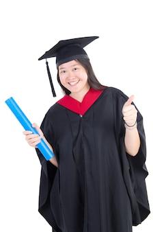 Studente universitario felice in abito laurea e berretto.