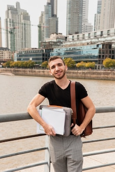 Studente universitario in una grande città con i suoi appunti