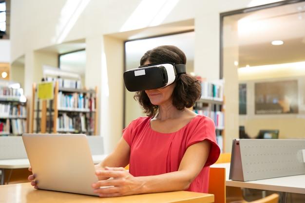 Studentessa adulta che usando il simulatore di vr