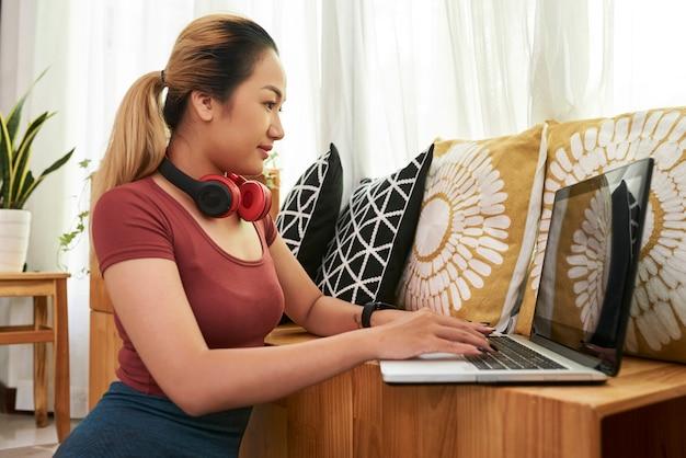 Studentessa che lavora al computer portatile