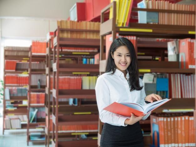 Studentessa che legge un libro