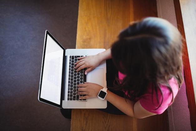 Studentessa che per mezzo del computer portatile