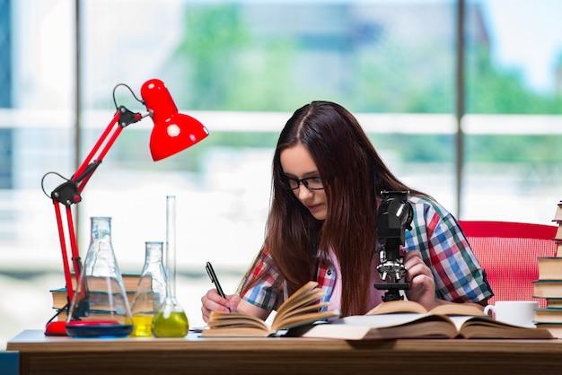 Studentessa che si prepara per gli esami di chimica