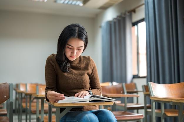 Studentessa che studia nelle aule all'università